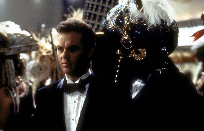 Auf einem Maskenball macht Bruce Wayne (Michael Keaton) eine erschreckende Entdeckung ... – Bild: Puls 4