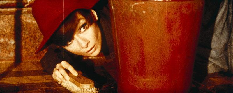 Nicole (Audrey Hepburn) ist fest entschlossen, die Familienehre diskret zu retten ... – Bild: Puls 4