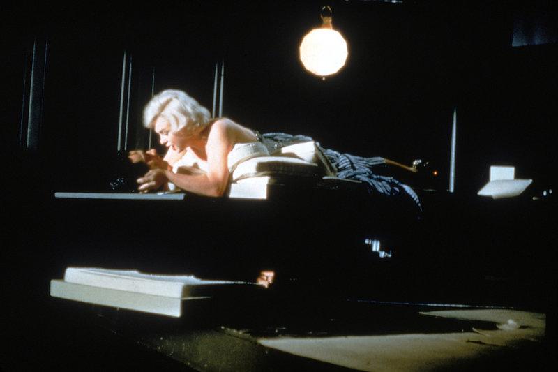 Endlich bekommt der Geschäftsmann Jean-Marc Clement (Yves Montand, unten) das was er will: Eine Rolle in einem Theaterstück, zusammen mit seiner Angebeteten Amanda (Marilyn Monroe, oben) ... – Bild: Puls 4