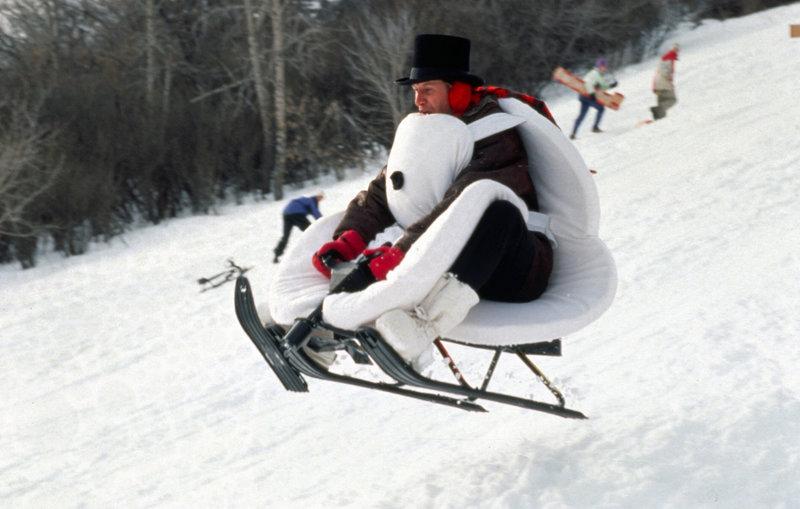Auch TV-Wettermann Tom Brandston (Chevy Chase) hat großen Spaß im Schnee ... – Bild: Puls 4