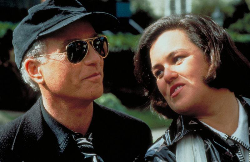 """Chris Lecce (Richard Dreyfuss, l.) hat große Schwierigkeiten mit seiner neuen """"Kollegin"""" Gina Garrett (Rosie O'Donnell, r.) ... – Bild: Puls 4"""
