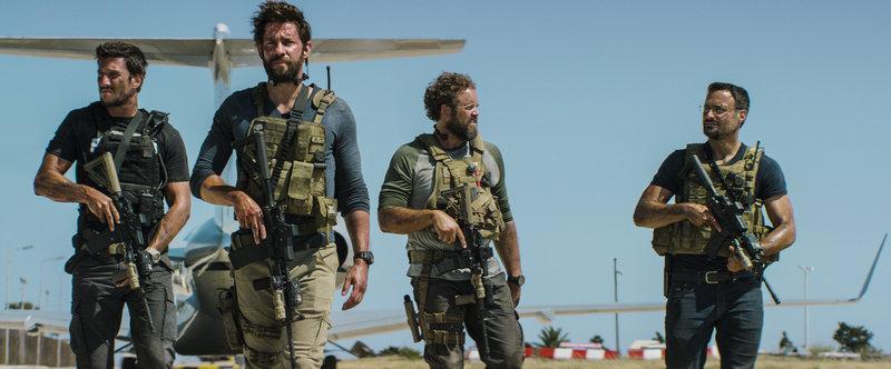 In einem 13-stündigen Einsatz kämpfen die Ex-Soldaten der CIA Tanto (Pablo Schreiber, l.), Jack (John Krasinski, 2.v.l.), Boon (David Denman, 2.v.r.) und Tig (Dominic Fumusa, r.) gegen eine islamistische Terrormiliz, um einen Angriff auf die amerikanische Botschaft in Bengasi zu stoppen ... – Bild: Puls 4
