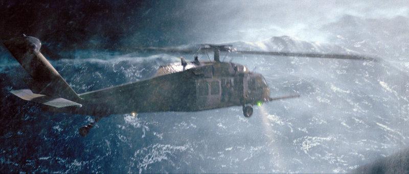 Dem Hubschrauber geht nach einigen misslungenen Rettungsversuchen der Treibstoff aus, und eine Luftbetankung schlägt fehl. Da stürzt der Hubschrauber in die peitschende, eisige See ab ... – Bild: Puls 4