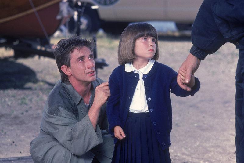 Als die Behörden dem harmlosen Ferry (Martin Short, l.) die Tochter (Rowland Sarah Doroff, r.) wegnehmen wollen, dreht er durch und überfällt eine Bank. Doch unglücklicherweise ist er ein ausgemachter Tölpel ... – Bild: Puls 4