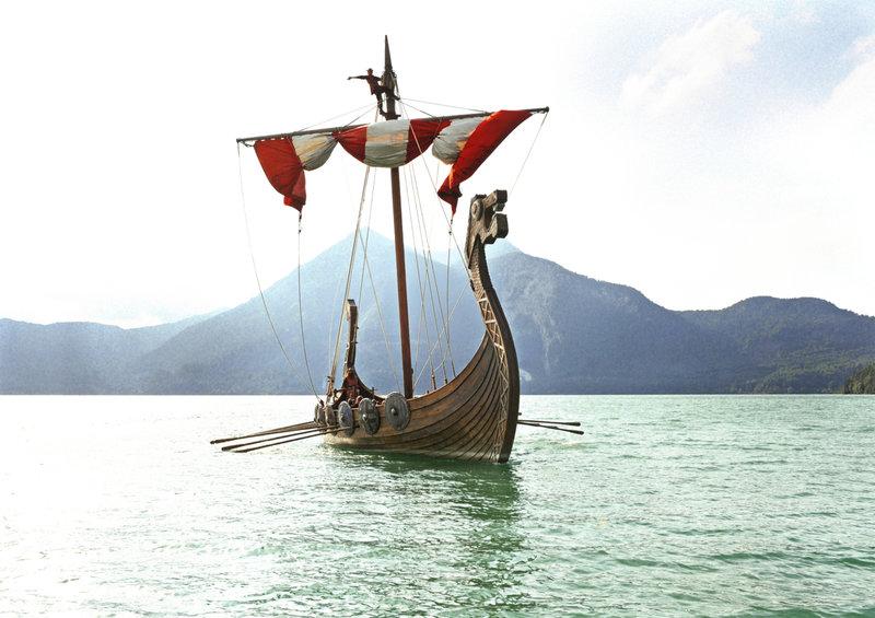 Die Wikinger stechen in See, um die Kinder, die vom schrecklichen Sven entführt wurden, wieder zu befreien ... – Bild: Puls 4