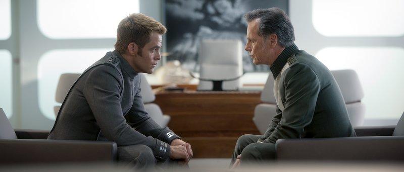 Als Captain Kirk (Chris Pine, l.), um Spock zu retten, die Enterprise vor Bewohnern eines fremden Planeten enttarnen muss, verstößt er gegen die oberste Direktive der Föderation. Prompt degradiert ihn Admiral Christopher Pike (Bruce Greenwood, r.) ... – Bild: Puls 4