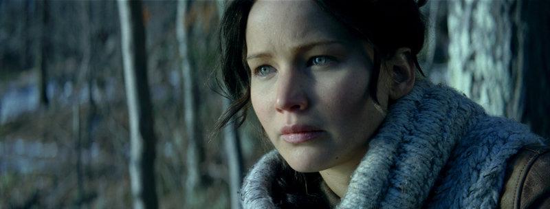 Überall und immer wieder überfallen Katniss (Jennifer Lawrence) schreckliche Alpträume, die ihren Ursprung in den Hungerspielen haben. Da erfährt sie, dass Präsident Snow die diesjährigen Spiele erneut mit ihr und Peeta bestreiten will ... – Bild: Puls 4