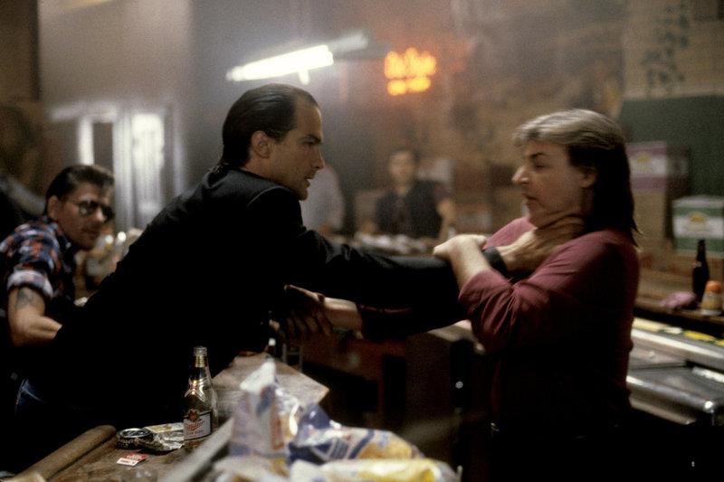Schon bald wird Nico (Steven Seagal, l.) von seinem Vorgesetzten angewiesen, seine Finger von dem Fall Salvano zu lassen. Nun wird Nico erst recht hellhörig und ermittelt mit zwei Freunden auf eigene Faust ... – Bild: Puls 4