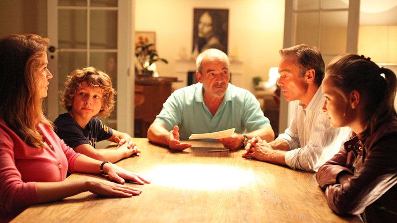 """Opa Lukas (Walter Kreye, M.) legt die Regeln des Experiments """"Alle Macht den Kindern"""" fest: Es gibt keine Vorschriften, Ermahnungen und Verbote und die Eltern handeln nur nach Anweisung der Kinder. Und der Tausch kann auch nur abgebrochen werden, wenn alle vier Familienmitglieder, Emily (Johanna Werner, 2.v.r.), Tommy (Max Boekhoff, 2.v.l.), Hannah (Rebecca Immanuel, l.) und Mattes (Hannes Jaenicke, 2.v.r.), zustimmen ... – Bild: ProSieben Media AG SAT. 1"""