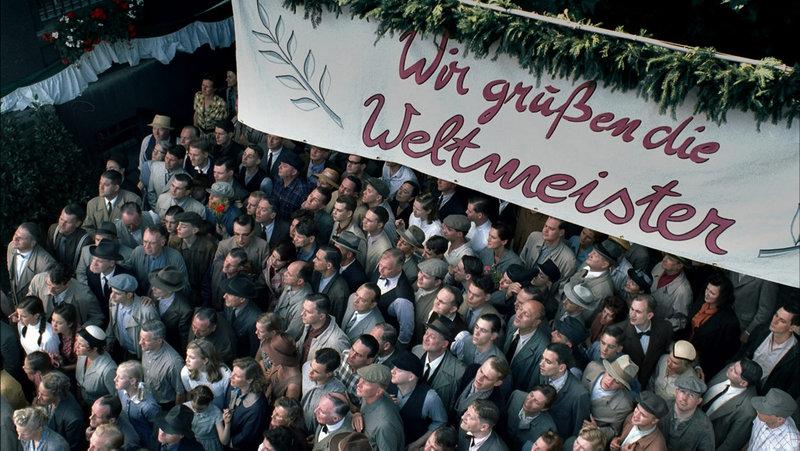 Begeistert werden die Helden von Bern in der Heimat empfangen ... – Bild: ProSieben Media AG © Senator Film