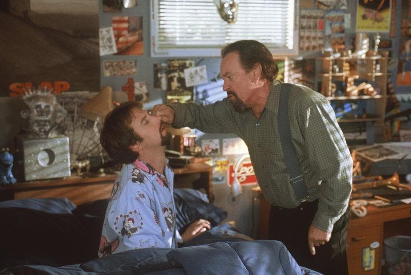 Nesthocker Gord Brody (Tom Green, l.) wird von seinem Daddy (Rip Torn, r.) nicht gerade mit Samthandschuhen angefasst ... – Bild: ProSieben Media AG © MONARCHY ENTERPRISES B.V AND REGENCY ENTERTAINMENT (USA) INC.