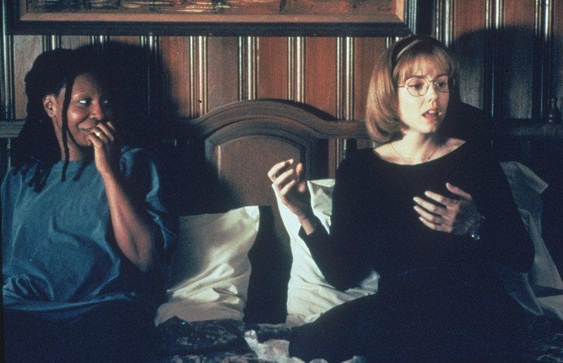 Langsam kommen sich Jane (Whoopi Goldberg, l.) und Robin (Marie-Louise Parker, r.) näher. – Bild: ProSieben Media AG Warner Bros.