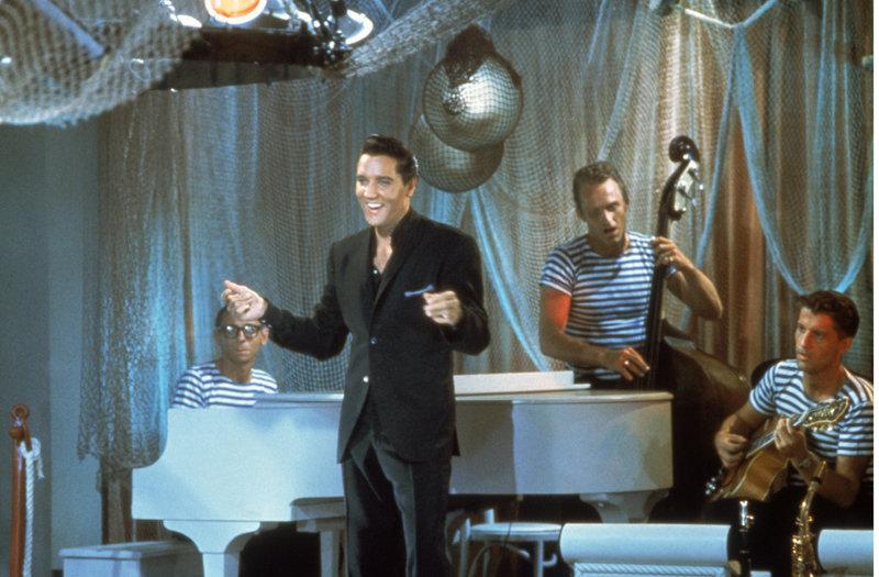 Mit nichts außer seiner Stimme landet Mike Windgren (Elvis Presley, vorne) nach einer turbulenten Reise im Badeort Acapulco ... – Bild: ProSieben Media AG TM & Copyright © 2003 by Paramount Pictures Corporation. All Rights Reserved.