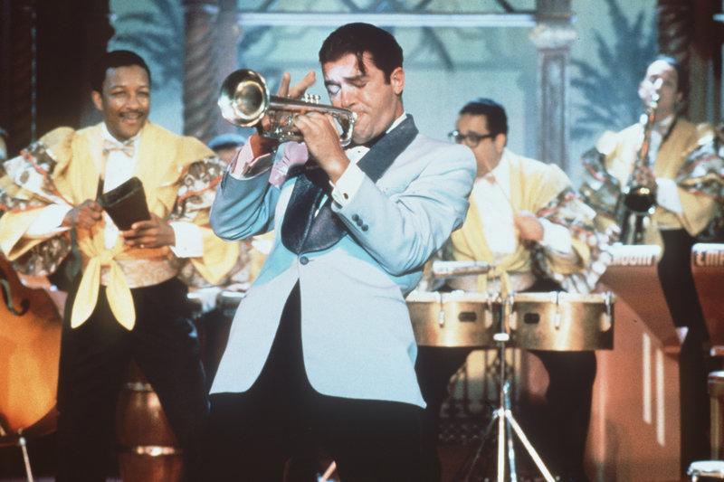 Bei seinen Auftritten gibt der Trompeter Nestor (Antonio Banderas, M.) wirklich alles - und bringt die Herzen der Frauen zum Schmelzen ... – Bild: ProSieben Media AG © Warner Bros.
