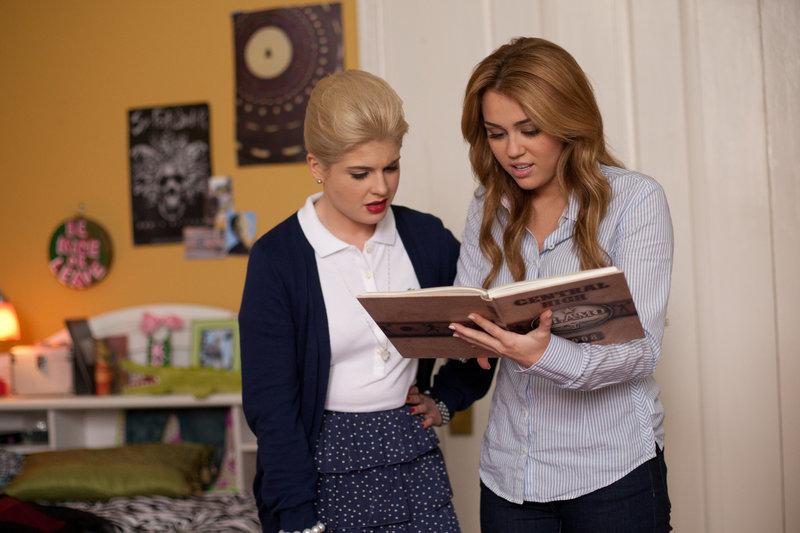 Haben beide keinen Bock auf die anderen Schwestern am Campus: Molly (Miley Cyrus, r.) und ihre Zimmergenossin Becky (Kelly Osbourne, l.) ... – Bild: ProSieben Media AG © Bluefin Productions LLC