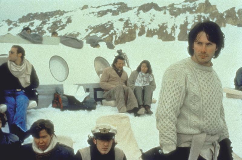 Über ein Funkradio erfahren die Überlebenden, dass die chilenische Regierung die Rettungsaktion aufgegeben hat ... – Bild: Puls 8
