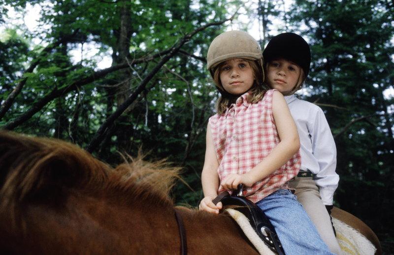 Die beiden identisch aussehenden Mädchen Amanda (Mary-Kate Olsen, l.) und Alyssa (Ashley Olsen, r.) lernen sich im Sommercamp kennen, und schließen einen gewagten Pakt ... – Bild: Puls 8