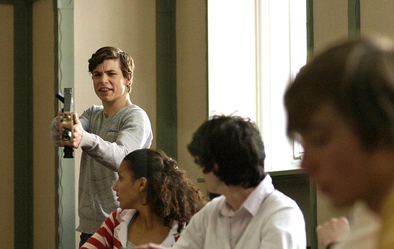 Von seinen Mitschülern provoziert, rastet Jonas (Emil Reinke, l.) im Unterricht aus und droht mit einer Gotcha-Pistole. – Bild: Puls 8