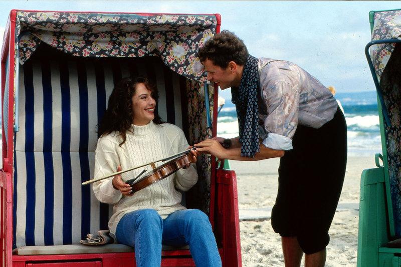 Bei einer Zugfahrt haben sich Hanna (Simone Thomalla, l.) und der Violinist Ferencz v. Borsodoy (Mattias Haase, r.) kennengelernt. Hanna ist von dem Musiker ganz begeistert und bei einem Strandspaziergang kommen sie sich näher ... – Bild: Puls 8