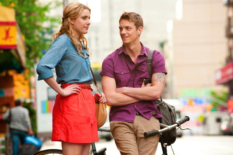 Erst nach und nach schließen Lola (Greta Gerwig, l.) und Luke (Joel Kinnaman, r.) wieder Frieden miteinander. Kann daraus wieder mehr werden? – Bild: Puls 8
