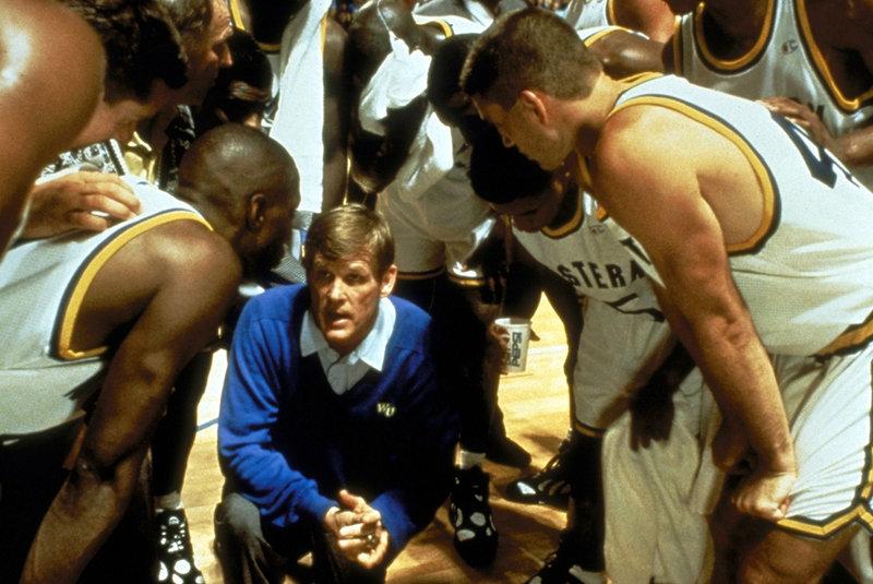 Der begeisterte Basketball-Coach Pete Bell (Nick Nolte, M.) befürchtet, dass er erstmalig mit seiner College-Mannschaft eine Meisterschaft verlieren wird. Deshalb nimmt er drei Supertalente gegen entsprechende - aber verbotene - Bezahlung ins Team auf ... – Bild: Puls 8
