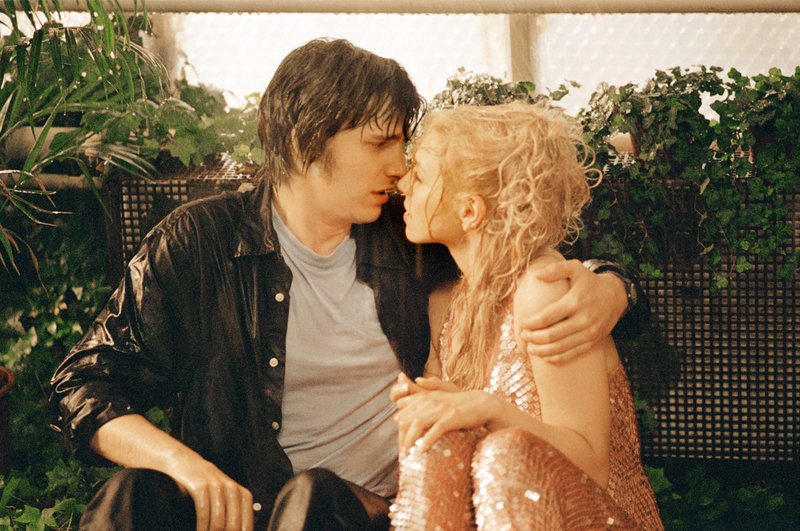 Endlich nimmt Thomas (Max von Thun, l.) all seinen Mut zusammen und küsst Denise (Julia Dietze, r.). Da kommt ein schwerer Baseball auf die junge Frau zugeflogen ... – Bild: Puls 8