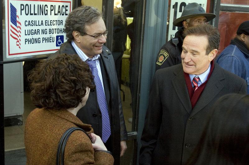 Tom Dobbs (Robin Williams, r.) wird geliebt, weil er die Dinge immer beim Namen nennt. Am Wahlkampf um den Einzug ins Weiße Haus beteiligt er sich eigentlich nur, um die Spitzenpolitiker des Landes direkt mit seinem Wortwitz zu attackieren. Doch dann geschieht das Unglaubliche ... – Bild: Puls 8