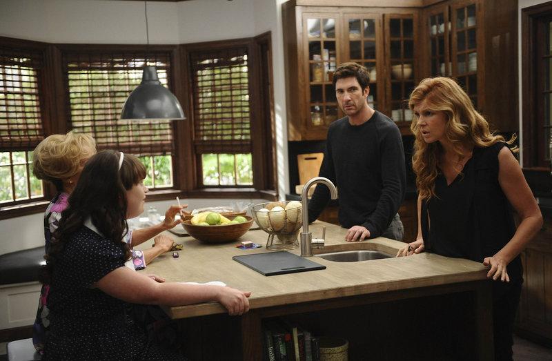 Vivien (Connie Britton, r.) und ihr Mann Ben (Dylan McDermott, 2.v.r.) machen Bekanntschaft mit ihren neuen Nachbarn Constance (Jessica Lange, l.) und Adelaide (Jamie Brewer, 2.v.l.) ... – Bild: Puls 8