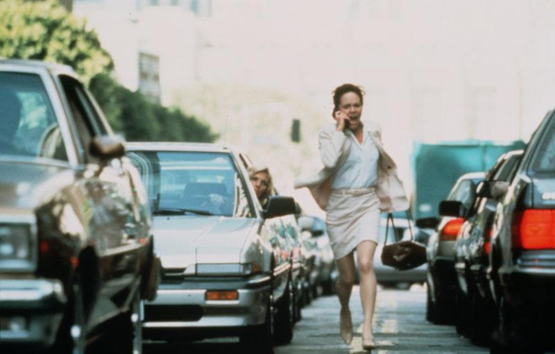 Mitten im dichten Feierabendverkehr hört Karen McCann (Sally Field) am Telefon, wie ihre Tochter von einem Einbrecher brutal vergewaltigt und umgebracht wird ... – Bild: Puls 8