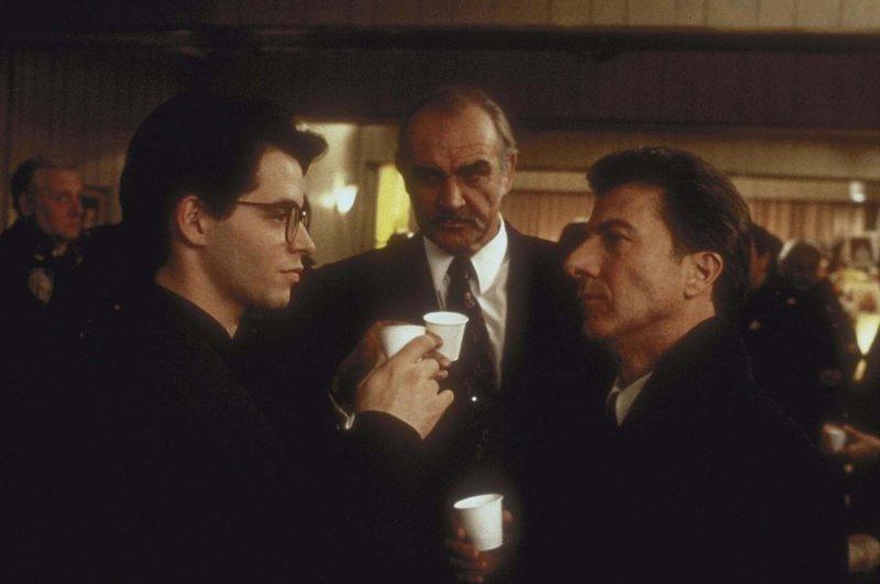 Nach langem Zögern willigt Vito (Dustin Hoffman, r.) in Jessie (Sean Connery, M.) und Adams (Matthew Broderick, l.) Einbruchsplan ein ... – Bild: Puls 8
