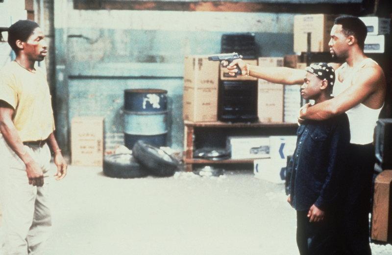 Nach seiner Entlassung aus dem Gefängnis versucht Bobby (Glenn Plummer, l.) verzweifelt, seinen Sohn Jimmie (Christian Coleman, M.) aus dem Teufelskreis der Kriminalität zu befreien. Doch Ray Ray (Byron Keith Minns, r.) stellt sich Bobbys Begehren massiv entgegen ... – Bild: Puls 8