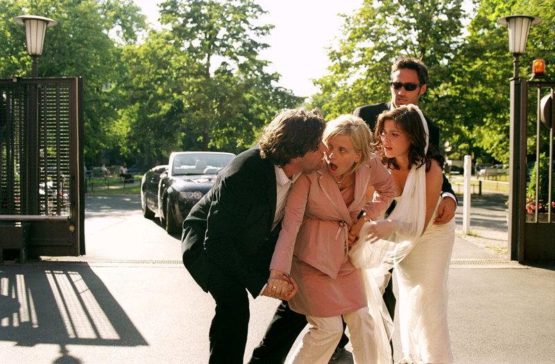 Ausgerechnet bei der Hochzeit setzen bei der hochschwangeren Sylvie (Nina Weniger, 2.v.l.) die Wehen ein. Max (Hans-Jochen Wagner, l.), Pia (Katharina Wackernagel, 2.v.r.) und Uli (Benjamin Sadler, r.) machen sich sofort auf den Weg ins Krankenhaus. – Bild: Puls 8