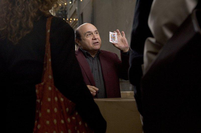 Walter (Danny DeVito, M.) hat es nicht leicht: Von seinem einstigen Ruhm als großartiger Magier ist nichts übrig geblieben. Stattdessen verbringt er seine Tage in einem Casino, wo er mit kleinen Tricks versucht an Geld zu kommen ... – Bild: Puls 8