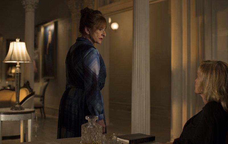 Joan Ramseys (Patti LuPone, l.) Besuch bei Fiona (Jessica Lange, r.) bringt diese auf eine gefährliche Fährte ... – Bild: Puls 8