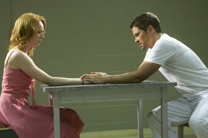 Als Ted Cogan (Rob Lowe, r.) aus dem Krieg zurückkehrt, hofft seine Frau Molly (Marnie McPhail, l.), wieder ein Leben ohne Angst führen zu können. Doch Ted hat mit einigen Dämonen zu kämpfen ... – Bild: Puls 8
