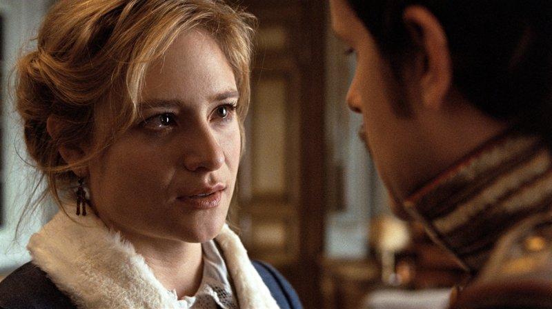 Die verbotene Liebe zwischen Effi von Briest (Julia Jentsch, l.) und Major Crampas (MiÅ¡el Maticevic, r.) bringt die beiden in eine verzwickte Lage. So sehr sie sich auch lieben, darf das Alles eigentlich nicht sein. Sie sind beide anderweitig verheiratet. Als Effies Mann von der Affäre erfährt, geht es um Leben und Tod ... – Bild: Puls 8