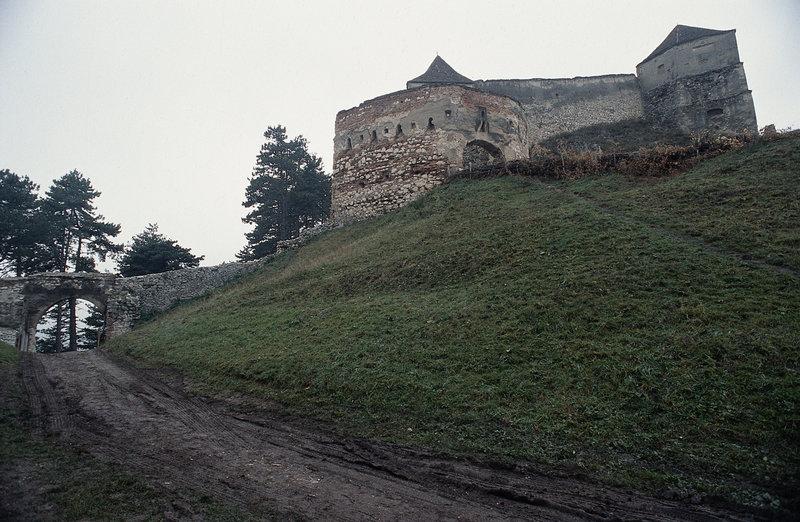 In einem Schloss treibt Dracula sein blutiges Unwesen und hält auch noch die schöne Elizabeth gefangen. Um sie zu retten, reisen Pater Uffizi und Luke nach Rumänien ... – Bild: Puls 8
