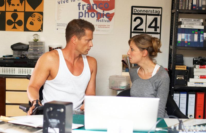 Als sich Fred (Til Schweiger, l.) in die Jungregisseurin Denise (Alexandra Maria Lara, r.) verliebt, droht sein ganzes Lügengebäude einzustürzen ... – Bild: Puls 8