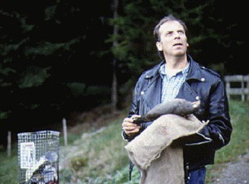 Valentin (Wolfgang Fierek) hat einen toten Vogel gefunden und ist darüber entsetzt, da das Tier angeschossen wurde. Kurz danach bestätigt sich seine Vermutung, dass in den Bergen Vogelräuber ihr Unwesen treiben. Gemeinsam mit seinem neuen Bekannten Markus macht er sich auf den Weg, um den Räubern das Handwerk zu legen ... – Bild: Puls 8