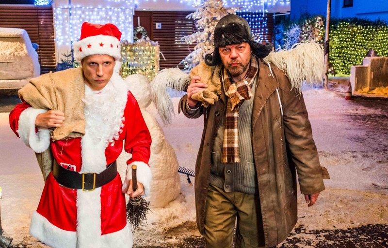 """Benutzt dem Weihnachtskrieg, den er unter verfeindeten Nachbar geschürt hat, um sich reichlich beschenken zu lassen: Johannes Herder (Oliver Pocher, l.) und sein """"Christkind"""" (Pierre Shrady, r.) ... – Bild: Puls 8"""