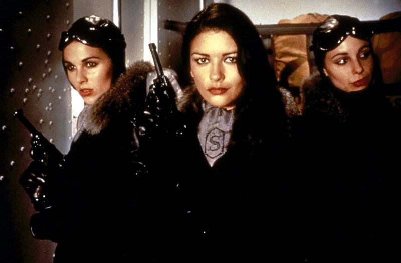 Die Schergin des Bösewichts: Sala (Catherine Zeta-Jones, M.) ... – Bild: Puls 8