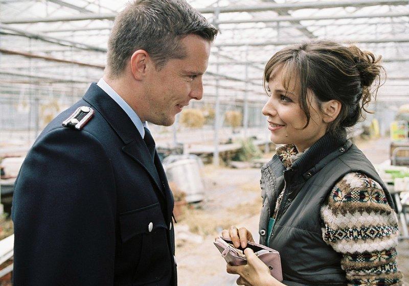 In ihrer Verliebtheit merkt Lilly (Mina Tander, r.) nicht, dass Rico (Florian Panzner, l.) sie nur ausnutzt. – Bild: Puls 8