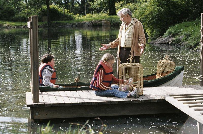 Für James Morse (Peter Falk, r.) gibt es nichts Schöneres, als seinem Enkel (Josh Hutcherson, l.) Geschichten zu erzählen. Als dieser jedoch an dem Wahrheitsgehalt der Erzählungen zu zweifeln beginnt, macht sich Morse mit ihm auf eine Reise voller unglaublicher Abenteuer ... – Bild: Puls 8