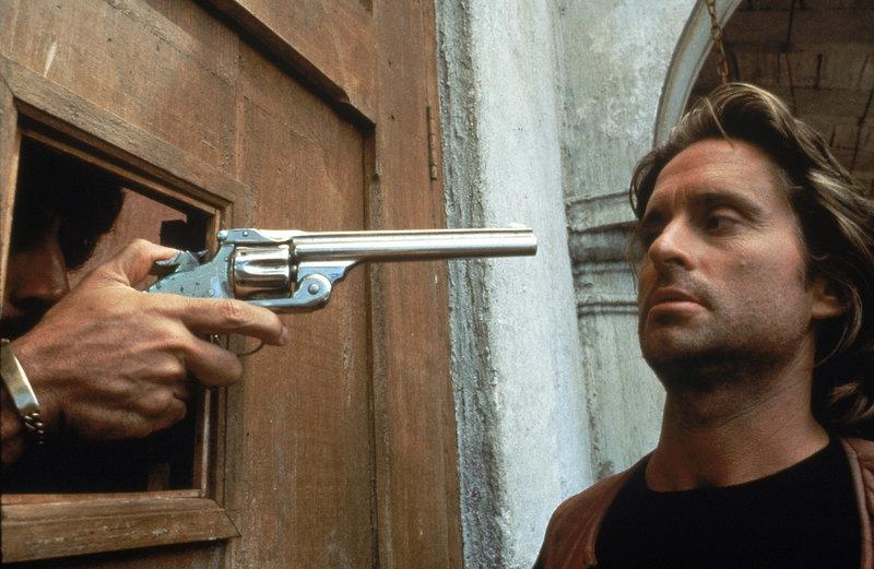 Immer wieder auf der Suche nach neuen Abenteuern gerät Jack Colton (Michael Douglas) regelmäßig in Lebensgefahr ... – Bild: Puls 8
