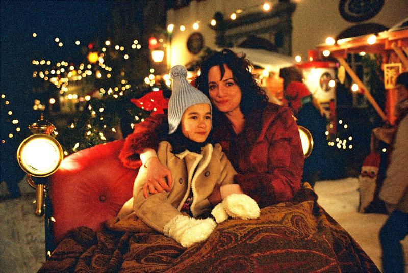 Lena (Cara Wiedtke, l.) und Marie (Natalia Wörner, r.) genießen gemeinsam die Schlittenfahrt über den Weihnachtsmarkt der beschaulichen Stadt Schönberg. Was Lena aber nicht merken darf - es ist nicht Dezember, sondern März. – Bild: Puls 8