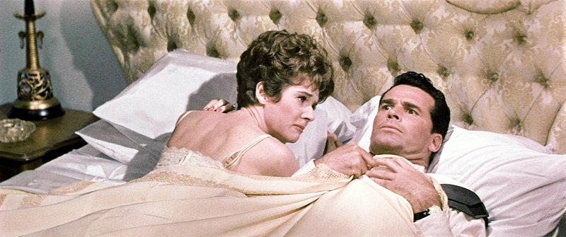 Resigniert muss Bianca (Polly Bergen, l.) feststellen, dass Nick (James Garner, r.) mit den Gedanken ganz woanders ist - und das in der Hochzeitsnacht! – Bild: Puls 8