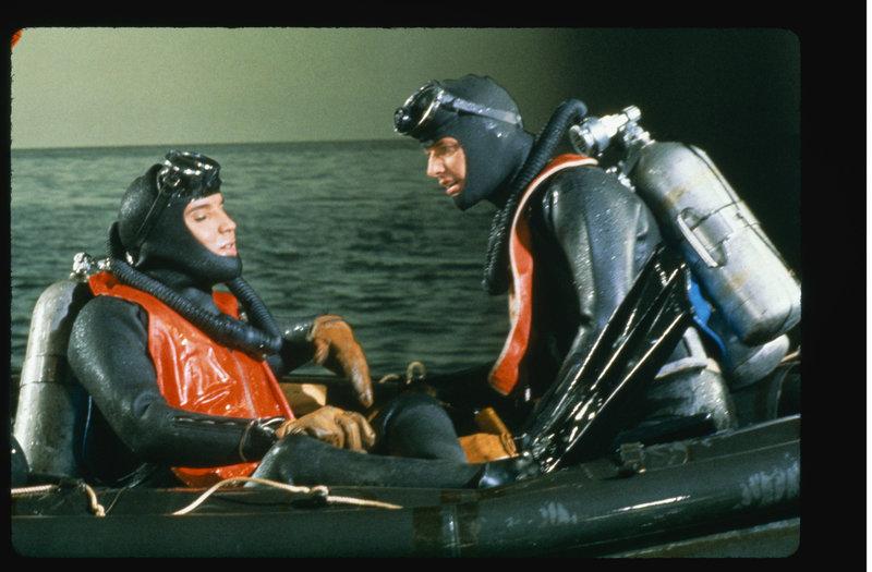 Bei einem gemeinsamen Angelausflug erzählt Ted (Elvis Presley, l.) seinem Freund Judd (Pat Harrington, r.) von dem Schatz. Gemeinsam wollen sie ihn jetzt bergen ... – Bild: Puls 8