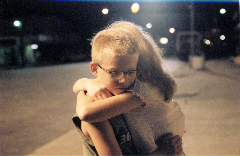 Scarlett (Amanda Anch, r.) ist gut mit Toby (Jonathan Lipnicki, l.) befreundet. Sie ahnt nicht, dass er unsterblich in sie verliebt ist ... – Bild: ProSieben Media AG © Echo Bridge Entertainment LLC