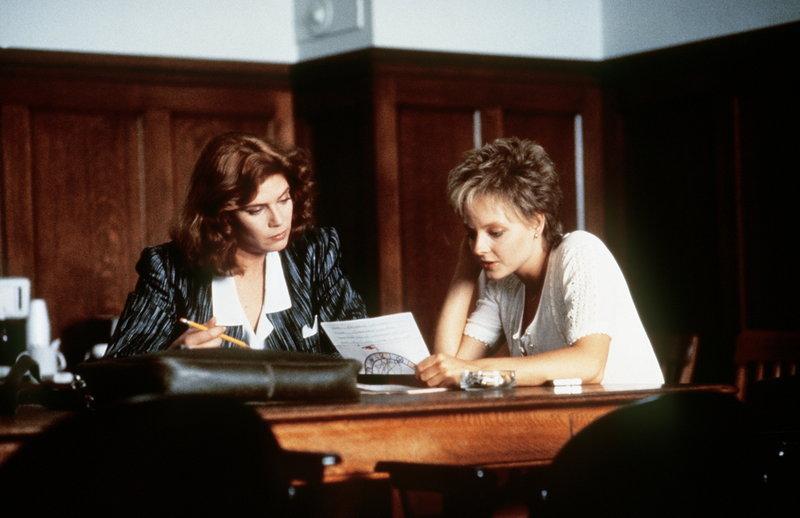 Allmählich kommen sich die arrivierte Staatsanwältin (Kelly McGillis, l.) und die vulgär-ungebildete Sarah (Jodie Foster, r.) auch persönlich näher ... – Bild: ProSieben Media AG © Paramount Pictures