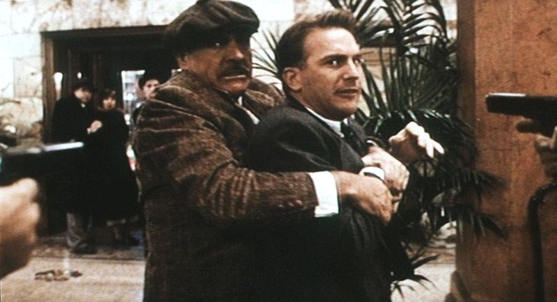 Um den Gangsterboss Al Capone unschädlich machen zu können, müssen Eliot Ness (Kevin Costner, r.) und Jim Malone (Sean Connery, l.) ganz tief in die Trickkiste greifen ... – Bild: Puls 8